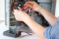 在服务中心的技术员的手修理个人计算机 免版税库存照片