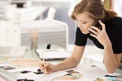 在服务台的时装设计师图画 免版税库存照片