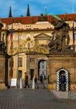 在服务期间的卫兵在布拉格城堡 库存图片