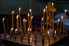 在服务期间,教会对光检查在寺庙的身分在立场 免版税库存照片