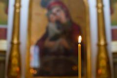 在服务期间,教会对光检查在寺庙的身分在立场 免版税库存图片
