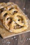 在服务板的传统德国盐味的椒盐脆饼 库存照片