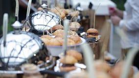 在服务的区域的很多迷你汉堡 食物节日汉堡 股票视频