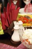 在服务的表的盐罐和餐巾 图库摄影
