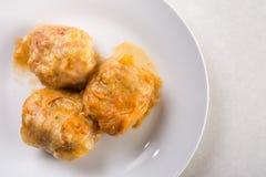 在服务的sarma,圆白菜上的平的位置充塞用在白色大理石桌上的肉末 库存照片