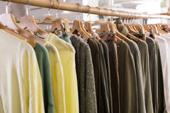 在服装店内部的袜子类衣物 免版税库存图片
