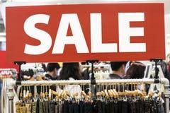 在服装店特写镜头的题字销售 免版税图库摄影