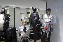 在服装店的式样机架 免版税库存照片