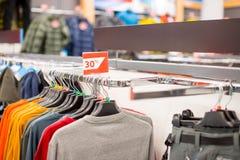在服装店的折扣标志 在冬天,春天销售期间,贴纸标志-销售在商店的30%有衣裳的 免版税库存照片