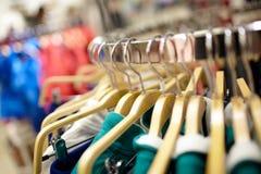 在服装店的挂衣架。 免版税库存图片