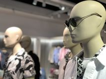 在服装店的时装模特 时尚沙龙,时装模特-玩偶在衣物背景站立  库存照片