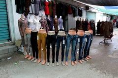 在服装店的时装模特 免版税库存照片