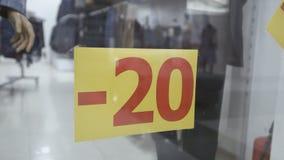 在服装店的玻璃窗被黏贴题字-20,-30 r 股票录像