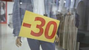 在服装店的玻璃窗被黏贴题字-30 r 股票视频