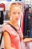 在服装店的美好的妇女购物 图库摄影