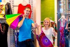 在服装店的年轻夫妇 免版税库存图片