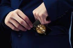在服装的商人在他的口袋信用卡投入它,与cryptocurrency 概念块式链电子商务位硬币  免版税库存图片