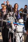 在服装的家庭在威尼斯狂欢节 免版税库存照片