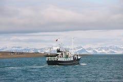 在朗伊尔城,挪威运输沿朗伊尔城岸的风帆  库存图片