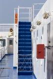 在朝向对芦粟海岛,基克拉泽斯的一艘大游轮的楼梯 免版税库存图片