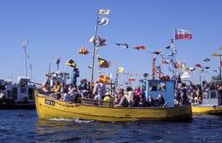 在朝圣期间的木fishboat在Swarzewo附近 免版税库存照片