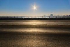 在朝阳的光芒的一座离开的汽车桥梁在黎明 库存照片