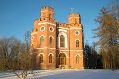 在朝阳的射线的老宫殿亭子武库11月早晨 俄国selo tsarskoye 免版税图库摄影