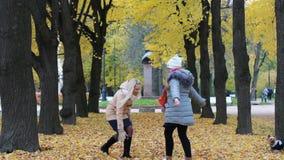 在期间,一个少妇和她的十几岁的女儿到处乱跑并且在公园获得乐趣 股票录像