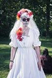 在期间,白色的夫人与恐怖grimage在公园摆在 图库摄影