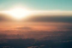 在朦胧的玫瑰色空气的厚实的软的云彩在田园诗天空 图库摄影
