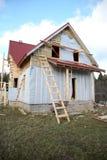 在木之下的建筑房子 免版税图库摄影