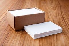 在木书桌上的名片 免版税库存图片