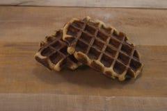在木书桌上的甜新鲜的比利时华夫饼干 库存图片