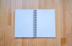在木书桌上的笔记本 免版税库存图片