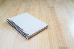 在木书桌上的笔记本 库存照片