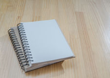在木书桌上的笔记本 库存图片