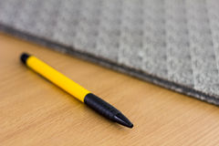 在木书桌上的笔 库存图片