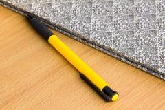 在木书桌上的笔 免版税库存图片