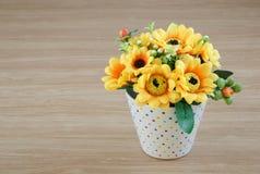 在木书桌上的装饰花 库存图片