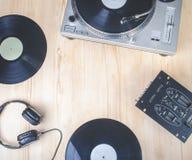 在木书桌上的音乐播放器设备顶视图  免版税库存照片