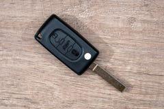 在木书桌上的黑汽车钥匙 库存图片