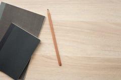 在木书桌上的黑颜色书 图库摄影