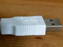 在木书桌上的Usb缆绳被隔绝的末端 免版税库存图片