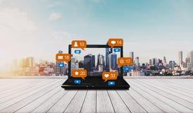 在木书桌和社会媒介与社会网络通知象,城市背景上的计算机膝上型计算机 库存图片