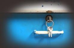 在木书桌抽屉锁的钥匙  免版税库存照片