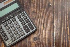 在木事务的背景、概念和保存的财务的计算器 免版税库存图片