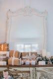 在木五斗橱的圣诞树白色内部的洗脸台局,装饰用人造花、诗歌选和玩具 图库摄影
