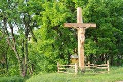 在木交叉的耶稣在十字架上钉死 免版税库存照片