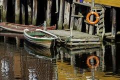 在木停泊处的小船 库存图片