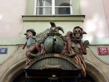 在木偶剧院入口,布拉格上的讽刺描画的图 库存图片